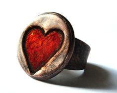 """""""Bague minimaliste Coeur rouge plaquée cuivre, montée sur un anneau NON-réglable en fer, sculpté à la main et plaqué cuivre; style vintage…"""