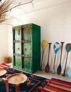 Armario indio y remos policromados comprados en Maison & Objet. Las alfombras son varios trapos argentinos unidos.