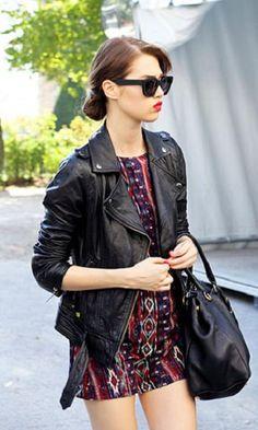 Jaqueta de Couro com vestido ethnic print