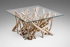 Lasikannellinen sohvapöytä, jonka jalkaosa ajopuuta, lasin koko 80x80 cm Jalat voi käsitellä haluamansa väriseksi jos haluaa muuttaa sävyä.