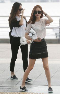 韓国の仁川国際空港(Incheon International Airport)から米国へ向けて出発する、ガールグループ「少女時代(Girls' Generation、SNSD)」のジェシカ(Jessica)とガールズグループ「f(x)(エフエックス)」のクリスタル(Krystal)姉妹(2014年4月13日撮影)。(c)STARNEWS ▼18Apr2014AFP|ジェシカ&クリスタル姉妹、米に向けて出発 http://www.afpbb.com/articles/-/3012958 #Girls_Generation #SNSD_Jessica #Jessica_Jung #Jung_Soo_Yeon #제시카 #정수연 #鄭秀姸 #fx_Krystal #Krystal_Jung #Jung_Soo_Jung #크리스탈 #정수정 #鄭秀晶