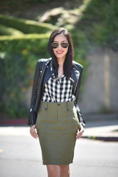 Amazing Black White Plaid Shirt Outfits Ideas For Green Pencil Skirts, Plaid Pencil Skirt, Pencil Skirt Outfits, Gingham Shirt Outfit, Checked Shirt Outfit, Business Casual Outfits, Professional Outfits, Business Clothes, Style Désinvolte Chic