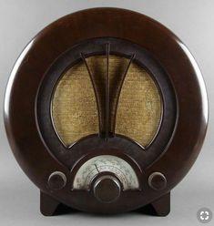 "EKCO Art Deco Radio British Bakelite AM Shortwave 1938 Its ""face"" evokes that of a gas mask. Art Nouveau, Art Deco Period, Art Deco Era, Schrift Design, Muebles Art Deco, Art Deco Stil, Inspiration Art, Retro Radios, Antique Radio"