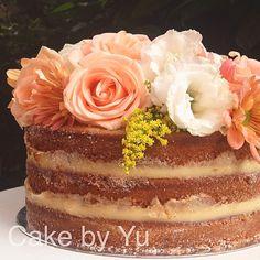 NAKED CAKE ESPECIAL DO DIA DAS MÃES. Encomendas: contato@cakebyyu.com. Obs: pedidos limitados, reserve já o seu! Opções de recheios no site: www.cakebyyu.com. #cakebyyu #diadasmaes #nakedcake #mae #especial