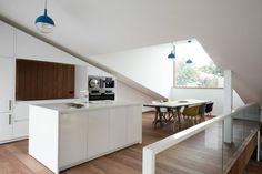 Küche auf versetzter Ebene in weißem Hochglanz