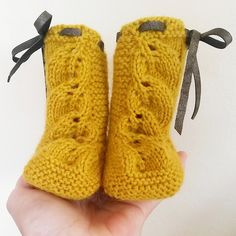 Autums Leaves booties _ scarpine con le foglie When I have a kid one day. Knitted Booties, Knit Shoes, Crochet Baby Booties, Crochet Slippers, Crochet Yarn, Knitting For Kids, Baby Knitting Patterns, Free Knitting, Knitting Videos