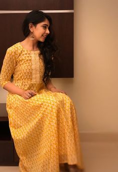 Kurti With Jeans, Casual College Outfits, Niti Taylor, Salwar Designs, Indian Designer Wear, Stylish Girl, Hottest Models, Indian Wear, Traditional Outfits