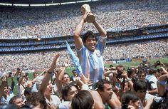 Éste es un jugador del equipo del fútbol Argentino con un premio después de un partido.