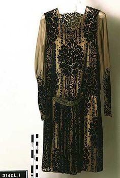 Chemise evening dress in royal blue velvet on mustard chiffon 20s Fashion, Edwardian Fashion, Kimono Fashion, Art Deco Fashion, 1920s Evening Dress, 1920s Dress, Evening Dresses, Vintage Vogue, Vintage Fashion