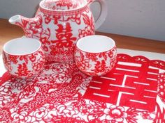 De theeceremonie is een vast onderdeel van de traditionele chinese bruiloft. Aan het begin van de huwelijksdag, komen bruid en bruidegom bij hun ouders en directe familieleden bijeen. De ouders accepteren het kopje thee en beantwoorden dit gebaar met een 'rood pakketje` in de vorm van een envelopje dat geld bevat om het bruidspaar een mooie toekomst te wensen - inspiratie #TrouwPartners