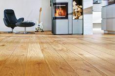 Massivholzdielen aus Eiche in Überlänge bringen ein einzigartiges Flair in das Wohnzimmer.