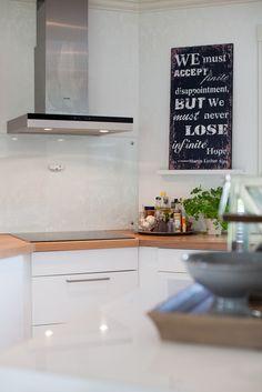 Tekst som dekor fungerer bra, også på kjøkkenet