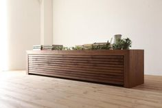 アニマテレビボードと同様に引き出し2杯を一枚の前板にくっつけている ので、2杯の引き出しが一緒に出てきます。どの材でも前板には無垢を使用し、天然木ならではの素敵な雰囲気が味わえます。また、クレッパテレビボードと同じように、リモコン操作が可