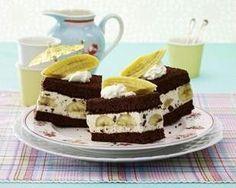 Banana-Split-Schnitten Rezept: Stücke,Eier,Zucker,Mehl,Speisestärke,Kakaopulver,Backpulver,Gelatine,Vanillequark,Schlagsahne,Zartbitter-Schokolade,Mini-Bananen,Zitrone,Backpapier