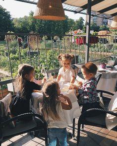 Как же мы скучали по вот таким встречам с друзьями в @ribambelleru  Правда даже не знаю кто из нас больше, я или малыши. Все-таки игровая в кафе- это спасение для родителей, и возможность наболтаться с подружкой @karina_paletskikh
