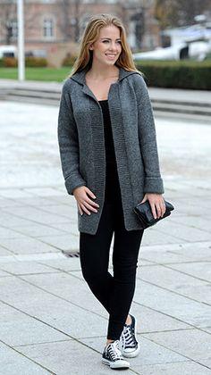 Den fine, enkle strikkeopskrift på en jakke har fine raglanærmer, krave og brede, retstrikkede kanter overalt.