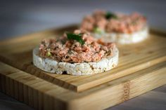 Salad made of home smoked salmon (in Dutch with translator) Low Sodium Recipes, How To Make Salad, Smoked Salmon, Camembert Cheese, Lunches, Dutch, Food, Dutch Language, Eat Lunch