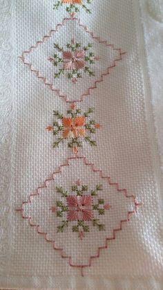 "Resultado de imagem para ponto reto - toalhabordado bargello o florentino ""Towel with Cross-Stitch"", ""Tasseled towel, the desired color is studied"" Kasuti Embroidery, Learn Embroidery, Hand Embroidery Stitches, Ribbon Embroidery, Cross Stitch Embroidery, Embroidery Patterns, Cross Stitch Borders, Cross Stitch Flowers, Cross Stitch Designs"