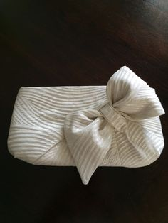 Linda's Bow Clutch made for her daughter's Bridesmaids Bow Purse, Bow Clutch, Bow Bag, Handmade Handbags, Handmade Bags, My Style Bags, Clutch Pattern, Diy Handbag, Beaded Bags