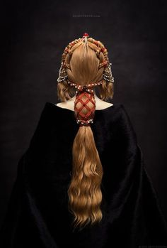 Love the style / the image itself. == Primavera - a porcelain ball-jointed doll, This hairdress reflects the spirit of the Early Renaissance era. Inspired by one of Botticelli paintings as well. Renaissance Hairstyles, Historical Hairstyles, Moda Medieval, Hair Reference, How To Draw Hair, Historical Costume, Looks Cool, Hair Art, Headpiece