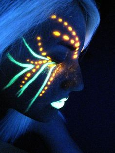 No puedo prometer que seré genial, ¡pero puedo traer un poco de pintura corporal!,  #corporal #genial #pintura #prometer #puedo #traer Glow Party, Party Make-up, Ideas Party, Uv Makeup, Dark Makeup, Makeup Light, Beauty Makeup, Pintura Facial Neon, Glow Face Paint