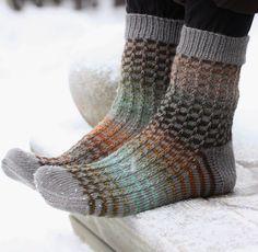 Pujoliivi: sukat Ravelry, Knitting Socks, Knit Crochet, Slippers, Sewing, Boots, Projects, Handmade, Spinning