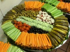 Ideas for party platters Party Platters, Veggie Platters, Party Trays, Party Buffet, Veggie Tray, Snacks Für Party, Food Platters, Appetizers For Party, Appetizer Recipes