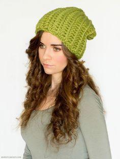 Slouchy Green Beanie Free Crochet Pattern Crochet Adult Hat, All Free Crochet, Love Crochet, Diy Crochet, Crochet Crafts, Crochet Projects, Crochet Skull, Double Crochet, Crochet Ideas