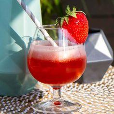 Jordbærdrink med corona Alcoholic Drinks, Beverages, Wine, Food, Crowns, Liquor Drinks, Essen, Alcoholic Beverages, Yemek