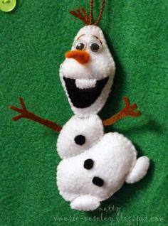 Molde do boneco olaf Frozen para imprimir Felt Christmas Decorations, Felt Christmas Ornaments, Handmade Christmas, Felt Snowman, Olaf Snowman, Christmas Embroidery Patterns, Felt Gifts, Holiday Crafts, Olaf Frozen