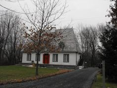 Traditional House in L'Acadie, Quebec. Old Stone Houses, Old Houses, Largest Countries, Countries Of The World, Acadie, Family Destinations, Canadian History, Beavers, Landscape Photos