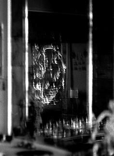 La testiera del letto di Alexander Calder, gli orecchini di Peggy e le bottiglie realizzate dal primo marito Laurence Vail, in un gioco di specchi. 1958. Peggy Guggenheim Collection Archives. Gift of Giovanni and Anna Rosa Cotroneo, 2010