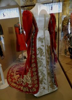 vita_colorata - Costumes of the Imperial Court.  Ceremonial dresses with trains empresses and gold embroidery. In the main exhibition wardrobe Maria Feodorovna and Alexandra Feodorovna. (Tranlastion by Google.)