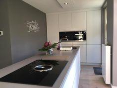 Referentie Wildhagen | Moderne keuken met kookeiland, voorzien van een Bora inductie kookplaat met geïntegreerd afzuigsysteem. https://www.facebook.com/wildhagen.nl/posts/943118282459905