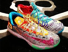 A detailed look at the Nike What The KD 6 arises, and for fans of the shoe, this might be the hot pick of the year. Featuring a variety of details seen in the Aunt Pearl KD Liger, and more, this mash-up of KD 6 hits is surely to be one of the … Kd Shoes, Free Shoes, Me Too Shoes, Running Shoes, Nike Running, Girls Shoes, Nike Outlet, Nike Kd Vi, Nike Air Max