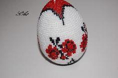 Сувенирно яйце, ръчно изработено, с мъниста.  Високо - 8 см.  Прекрасен подарък, с който да зарадвате близки хора по случай празник.     Яйцето е уникат - единствена бройка!!!