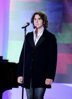 ADORABLE PIC.Vivement dimanche (14 janvier 2007). Josh interprétait « Somewhere Over the Rainbow » (avec Mireille Mathieu) et « You Are Loved ».