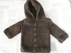 """Paletot ou manteau bébé 3/6 mois. Aiguilles N ° 5. Ce petit manteau se monte rapidement et simplement, pour un super rendu. Modèle trouvé sur le site de """"poussièresdetoiles.petitsmots.net"""" et modifié par """"Mes Tricots et Astuces"""". FOURNITURES : 2 pelotes..."""