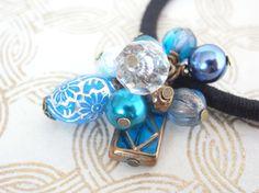 青い花柄ビーズのヘアゴム Creema