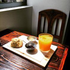 Há um novo sítio para almoçar, lanchar ou tomar o pequeno-almoço em Lisboa, e a ementa não deixa margem para dúvidas. O espaço chama-se A Fabulosa – Cafetaria de Santos, e nós confirmamos o nome, é mesmo fabulosa… Os croissants acabadinhos de fazer para o pequeno-almoço, os croquetes para o almoço e as fabulosas sanduíches para o lanche, as mesmas que deram o nome ao espaço ;) Vai andar a passear? Então visite o espaço em Santos, vai gostar ;)