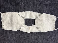 It is a beautiful jacket size months. It is woven with three-ply cotton (you will use little more than 100 gr) and needles. Baby Knitting Patterns, Knitting For Kids, Easy Knitting, Baby Vest, Baby Cardigan, Tricot Baby, Poncho With Sleeves, T Bar Shoes, Knitted Baby Clothes