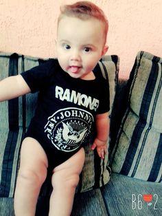 Olha que lindo o Henry, vestindo body do Ramones.