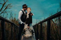 Nunta de toamnă implică multă culoare, abundență la capitolul bucate, spectacol vizual al aranjamentelor florale, iar acest anotimp este din ce în ce mai ales de către viitorii miri, întrucât temperaturile nu mai sunt atât de ridicate, iar natura poate deveni aliatul numărul unu în organizarea fericitului eveniment. Avem mirese care se căsătoresc în această toamna? Foto: Rareș Crăciun Couple Photos, Couples, Couple Shots, Couple Photography, Couple, Couple Pictures
