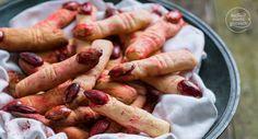Lange abgehackte Finger mit blutigen Nägeln: Diese gruseligen Hexenfinger sind einfach die perfekten Halloween-Kekse und noch dazu sehr lecker!