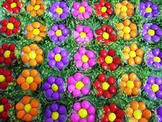 Copinhos de Chocolate com Flor de M&M's Diy Wedding Backdrop, Spring Party, Food Decoration, Enchanted Garden, Chocolate, Trick Or Treat, Tinkerbell, My Little Pony, Alice