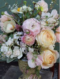 arrangement with caramel antike garden roses. Order David Austin roses and other scented garden roses online @ European distributor: www.parfumflowercompany.com