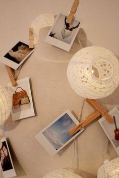 Hang je instax foto's aan een HEMA bollampjes snoer voor een leuk en speel effect.