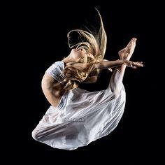 A new photo from Club dancer Jaycee Wilkins' photoshoot with Sharkcookie (David Hofmann). Shall We Dance, Just Dance, Dance Moms, Fresh Faces Dance, Dancers Among Us, Dance Studio Design, Flexibility Dance, Dance Photos, Dance Pictures