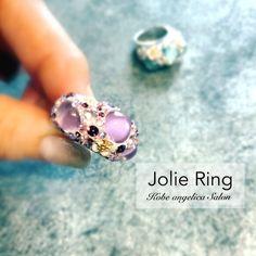 数量・期間限定発売記念割引中!21000→19950円でお求めいただけます♡(2月28日まで・数量が達した場合、早めに通常価格に戻ります)゜+.――゜+.――゜+.――゜+.――゜【Jolie Ring】ジョリーリング カボションカットとは、光の乱反射を利用するのではなく、そのもの自身の美しさを生かすカット。この指輪を身につける人の、美しさ、可愛らしさを表現するアイテムとしてカボションカットのガラスを大胆に配し、カットの美しさで、世界中の女性の心を魅了するスワロフスキー、そして大好きな、お花のモチーフをふんだんに散りばめた、贅沢なリング。ボリューミーなリングなのに、可愛らしさを忘れない、大人の女性に贈る【Jolie… Engagement Rings, Jewelry, Enagement Rings, Wedding Rings, Jewlery, Jewerly, Schmuck, Jewels, Jewelery