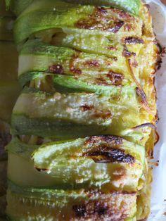 Un mega cannolo di zucchine ripieno di pasta condita con ricotta, prosciutto e pecorino (A mega cannoli style zucchini stuffed with pasta with ricotta, meat and cheese)